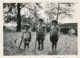 Snapshot Trois Enfants 13 Mai 1934 Avec Bâtons Pont Priairie Mode Garçons - Personnes Anonymes