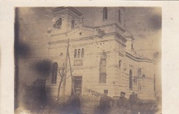 AK Foto Sârbii - Gruppe Deutsche Soldaten Vor Zerschossener Kirche - Rumänien - 1918 (41594) - Rumänien
