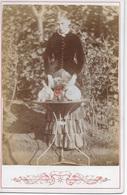 Photo Ancienne < 1900 Jeune Fille Avec 2 Lapins Et 1 Chien Sur Table De Jardin Sur Carton épais - Anciennes (Av. 1900)