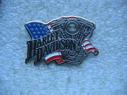 Pin's Moto Harley Davidson, Moteur Devant Drapeau Americain - Motos