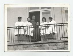 Man And Women With White Aprons Pose For Photo On The Balcony  Qw762-192 - Anonyme Personen