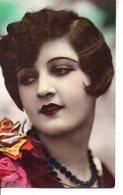 Vraie Photo Colorisée : Splendide Dame Brune Aux Guiches - Femmes