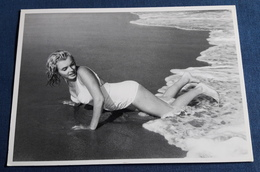 "MARILYN MONROE > Sexy Portrait ""Marilyn On The Beach, East Hampton, 1958"" > Starpostkarte (spk144) - Actors"