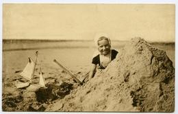 PAYS BAS : ZEELAND - HALLO! HIER BEN IK! (DUTCH GIRL BUILDING SANDCASTLE ON BEACH, WITH TOY YACHT) - Unclassified