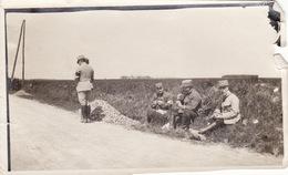 Photo Mai 1915 Sur La Route De Compiègnes à Pissy, Soldats (A211, Ww1, Wk 1) - Guerra 1914-18