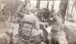 Photo Mai 1915 Sur La Route De Compiègnes à Pissy, Soldats Durant Une Halte (A211, Ww1, Wk 1) - Guerra 1914-18