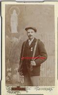 CDV LOURDES-un Homme Médaillé Pose Dans La Grotte Devant La Vierge-photo Torres Pont Vieux - Oud (voor 1900)