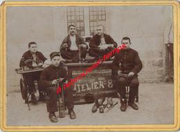 A Voir- Photo Cartonnée 1898-Atelier De La 8e -75e De Ligne- Tailleurs Et Cordonniers- Outils  Format 13x18cm - Guerre, Militaire