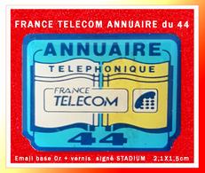 SUPER PIN'S FRANCE-TELECOM : L'ANNUAIRE TELEPHONIQUE Du Département 44 (Loire Atlantique) émail Base Or Vernis 2,1X1,5cm - France Telecom