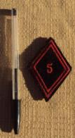 Militaria Ecusson Tissu 011, Losange 5 En Rouge - Scudetti In Tela
