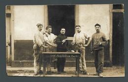 Photo Ancienne Les Antibileux De La Classe 8 Militaires Poilus Trinquant Dans Leur Caserne - Guerra, Militari