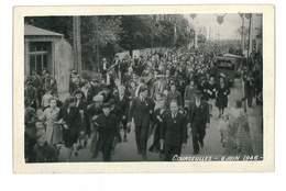 PHOTO 14 COURSEULLES-SUR-MER 6 JUIN 1946 FOULE DANS LA RUE PHOTO DE GODRANT LION/MER - Courseulles-sur-Mer