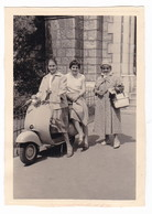 "MOTO SCOOTER - SCOOTER "" VESPA  ""  -  DONNE  -  FOTO ORIGINALE 1957 - Automobiles"
