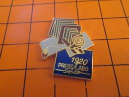 411i Pins Pin's / Rare & Belle Qualité  THEME PHOTOGRAPHIE : 1920 PRESS LABO SERVICE APPAREIL A SOUFFLET - Photography