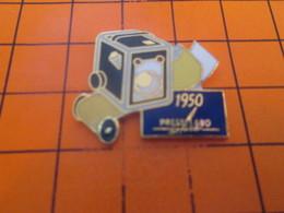 818a Pins Pin's / Rare & Belle Qualité  THEME PHOTOGRAPHIE : 1990 APPAREIL PHOTO CUBIQUE - Photographie