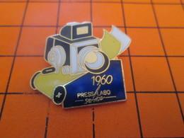 1118a Pins Pin's / Rare & Belle Qualité  THEME PHOTOGRAPHIE : 1960 APPAREIL PHOTO CUBIQUE - Photography