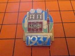 411b Pins Pin's / Rare & Belle Qualité  THEME CARBURANTS / POMPE A ESSENCE 1937 LA MURE Toujours La Mure Ah Que Coucou - Carburants