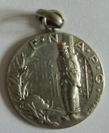 Médaille F.N.A.P.C Fédération Nationale Des Anciens Prisonniers De Guerre Signé H. Bargas 1914 1918 23mm Métal Argenté - France