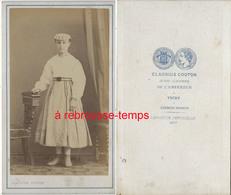 CDV Jeune Fille Au Curieux Chapeau-mode-photo Claudius Couton En Face De La Résidence De L'Empereur Napoléon III à Vichy - Photos