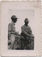 Fotografia Cm. 6 X 8,4 Con Due Militari - Guerra, Militari