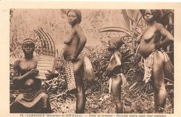 Cameroun . Environs De Douhala . Famille Dans Leur Costume . - Cameroun