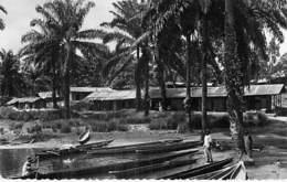AFRIQUE NOIRE - GABON :  Village Au Bord De L'Ougoué ( Pirogue En 1er Plan ) CPSM N/B Format CPA - Black Africa - Gabon