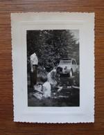 Pique-nique Famille Années 1950 Avec 2 CV - Personnes Anonymes