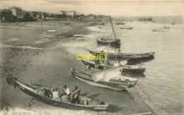 33 Arcachon, La Plage, Voir Pêcheurs Dans Leurs Barques Au 1er Plan - Arcachon