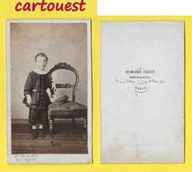 ֎ Photographie Albumen ֎ CDV Circa 1870 EDMOND FRUIT à  PARIS Fillette élégante Mode Chapeau  Chaise Décor Studio ֎ - Photos