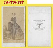 ֎ Photographie Albumen ֎ CDV Circa 1870 CHARLES & EMILE POUPAT à BOURGES Portrait Femme Belle Robe Chaise ֎ - Photographs