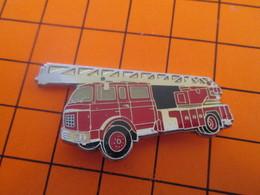 513f Pins Pin's / Rare & Belle Qualité  THEME POMPIERS / CAMION ROUGE GRANDE ECHELLE En Léger Relief - Bomberos
