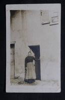 FRANCE - Carte Postale Photo - Compiègne - Une Femme Devant Sa Maison - L 31178 - Compiegne