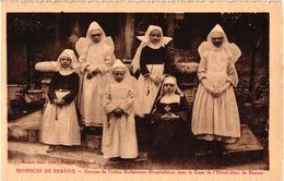 HOSPICES DE BEAUNE GROUPE DE PRTITES RELIGIEUSES HOSPITALIERES DANS LA COUR DE L'HOTEL DIEU DE BEAUNE   REF 60137 - Santé