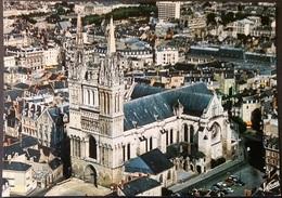 Ak Frankreich - Angers - Luftaufnahme - Kathedrale Saint Maurice - Kirchen U. Kathedralen