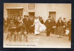 Folklore-Traditions- Costumes-Bretagne-Sonneurs Faisant Danser Les Mariés-Noce Bretonne-1910-Reproduction Atlas - Bailes