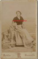 Grand CDV-(CAB) -pêcheuse De Crevettes à Granville (Manche) Décor Mer-photo Roblin Près Du Casino - Anciennes (Av. 1900)