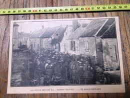 ANNEES 30 LA FOULE DEVANT LA MAISON HANTEE DE RONQUEROLLES - Old Paper
