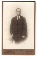 Fotografie J. Czapka, Brünn, Portrait Junger Mann In Anzug Mit Krawatte - Personas Anónimos