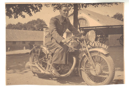 Jeune Homme Sur Une Moto - Fotos
