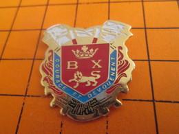 812h Pins Pin's / Rare & Belle Qualité  THEME POMPIERS / SAPEURS POMPIERS BAYEUX COURAGE ET DEVOUEMENT - BMW