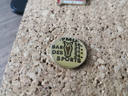 1 PINS PMU  BAR DES SPORTS - Pin's & Anstecknadeln