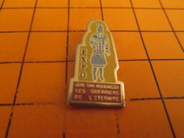 912b Pins Pin's / Rare & Belle Qualité  THEME AUTRES / EXPOSITION GUERRIERS DE L'ETERNITE SOLDATS EN TERRE CUITE - Pin's