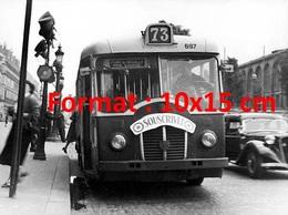 Reproduction D'une Photographie Ancienne D'un Bus Parisien Ligne 73 Pont De Neuilly Avec Pancarte Souscrivez En 1952 - Reproductions