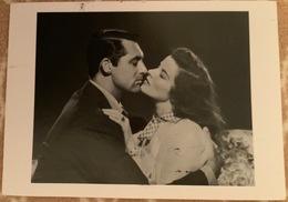 Ansichtskarte Cary Grant, Katherine Hepburn Mit Tollen Briefmarken - Artistes