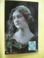 B20 2039 CPA FANTAISIE. 1905 - JEUNE FEMME AUX CHEVEUX LONGS A LA ROBE ET CHAPEAU ROUGE ET VERTE IMPRIMEE. - Femmes