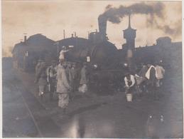 57 - AVRICOURT - PHOTO 105 X 80 - MILITAIRES ALLEMANDS AU LAVAGE DU MATIN  DES LOCOMOTIVES - Autres Communes