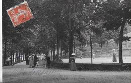 Cauterets. Une Partie De Tennis Sur Le Court Dans Le Parc. - Cauterets