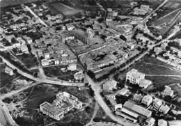 Les SAINTES-MARIES-de-la-MER - Vue Aérienne : Le Casino Et Ensemble De La Ville, L'Eglise - Saintes Maries De La Mer