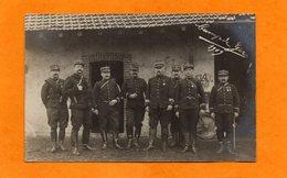 CARTE PHOTO DE 1909 - MILITARIA - 8 MILITAIRES OFFICIERS DU 144 REGIMENT AVEC MEDAILLES AU CAMP DE GER - 64 - Personajes
