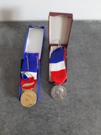 Lot De 2 Médailles Honneur Et Travail - 1 De 1972 Pour 35 Ans De Travail Et 1 De 1958 Pour 20 Ans De Travail - - Professionals / Firms